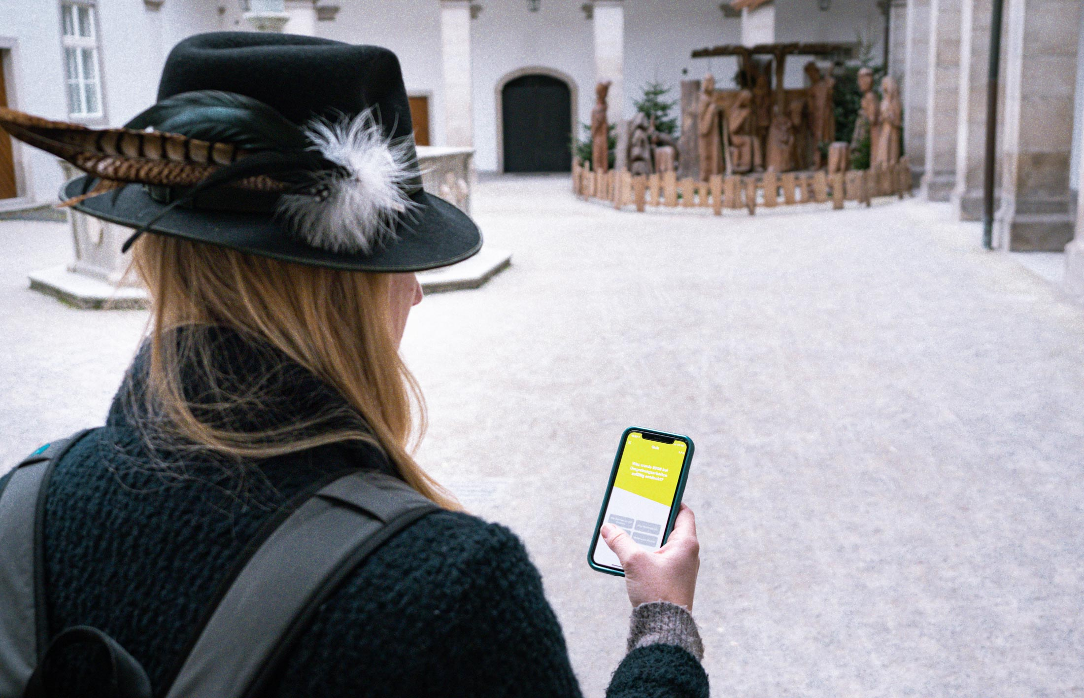 Person mit Smartphone in Linz